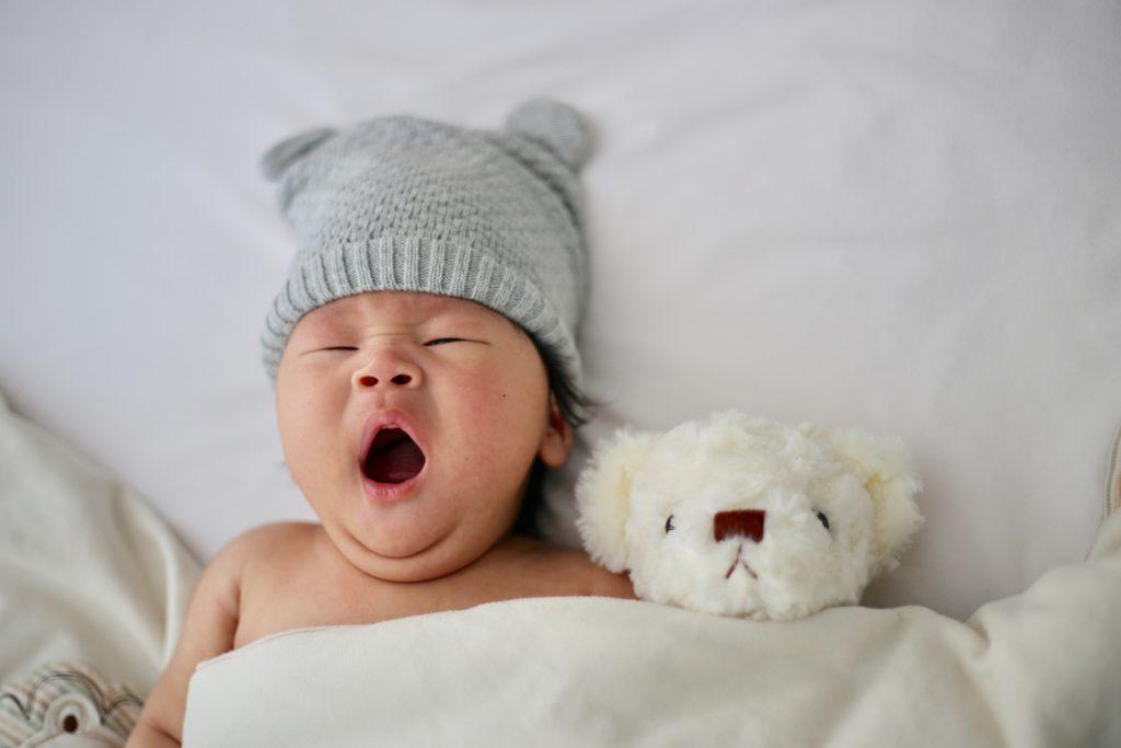 Bébé en train de dormir avec sa peluche