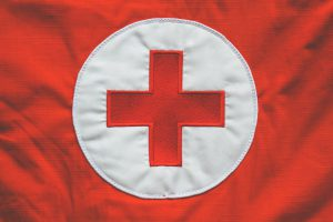 Logo de la Croix Rouge cousu sur un uniforme de secouriste