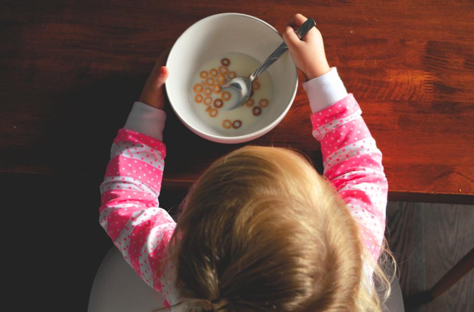 Bébé en train de manger son bol de céréales et de lait vu de haut
